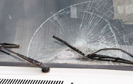 Why You Shouldn't Drive With a Cracked Auto Glass Windshield