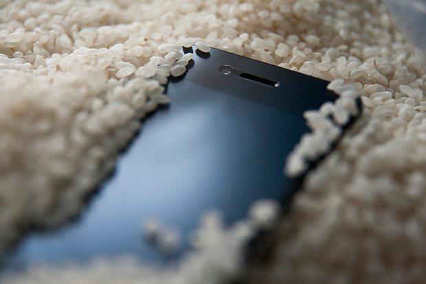 5 Tricks To Save Your Smartphone After It has Been Soaked Wet